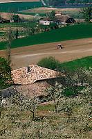 Europe/France/Aquitaine/47/Lot-et-Garonne/Env de Saint-Pastour: Fermes, verger et labour au tracteur