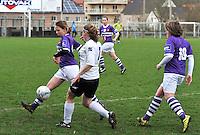 Beerschot AD - KVK Tienen : Leen Janssen aan de bal voor Sylke Calleeuw (midden).foto DAVID CATRY / JOKE VUYLSTEKE / Vrouwenteam.be