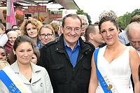 Jean-Pierre PERNAUT (parrain de la fete des loges) entoure des reines de la fete - INAUGURATION FETE DES LOGES SAINT-GERMAIN-EN-LAYE - 01/07/2017 - France