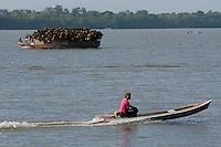 Pequena embarcação transporta paneiros feitos da palmeira de açaí após a venda do fruto na Feira do Açaí.<br /> Belém do rio Guamá e região das ilhas.<br /> Belém, Pará, Brasil<br /> Foto Paulo Santos<br /> 23/12/2012