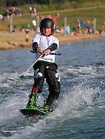 Seebeben in der Schladitzer Bucht. im Bild: Der 12 jährige Arie Blanik zeigt auf seinem Wakeboard was er kann. Mit einer unglaublichen Leichtigkeit springt der Wassersportverrückte über Wellen und den extra aufgebauten Kicker. Bei seinen Läufen steht Arie sogar die Backroll, bei der er eine Rolle Rückwärts in der Luft macht.  Foto: Alexander Bley