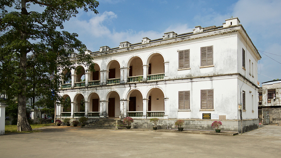 The Consular office and residence in Beihai (Pakhoi), built in 1885. At the time it replaced less salubrious premises consisting little more than an unhygienic hut on stilts over the beach. The building is now a part of a school compound.