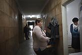 Die Gänge sind voll, im Dezember verzeichnete das Zentrum<br />neuen Neuinfizierte, so viele wie seit langem nicht mehr. Die TBStation<br />verfügt über keine eigenen Fahrzeuge, so ist das Pensum<br />der Schwester, die bettlägerige Patienten zu Hause besucht, um<br />Ihnen Medikamente zu bringen, enorm. // Moldova is still the poorest country of Europe. Hopes to join the European Union are high. After progress in the past years tuberculosis is on the rise again. The number of new patients raise since 2010 and is on a level that has not been reached since the late 90s.