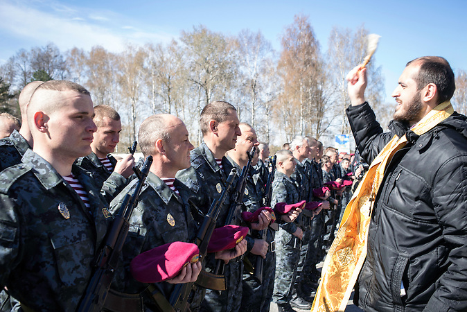 Vereidigung der neuen ukrainischen Nationalgarde in Novi Petrivtsi am 5. April 2014 / swearing-in ceremony of the new Ukrainian National Guard in Novi Petrivtsi on April 5. Natsionalna gvardіya of Ukraine (NSU) is the reserve component of the Armed Forces of Ukraine under the jurisdiction of the Ministry of Internal Affairs. It was reestablished on March 13th, 2014 amidst rising tensions in Ukraine caused by the military intervention in Crimea by Russia. Many protesters and self-defense groups of Euromaidan signed up and started the training to be part of NSU.