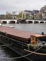 Boot auf der Amstel bei Magere Brug, Amsterdam, Provinz Nordholland, Niederlande<br /> ship on the Amstel near Magere Brug, Amsterdam, Province North Holland, Netherlands