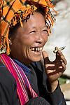 Myanmar, (Burma), Shan State, Thaung Tho tribal market. Old Pa-O tribe woman smoking a cheroot | Myanmar (Birma), Shan Staat, Thaung Tho: aeltere, einheimsche Frau vom Pa-O Volksstamm raucht einen Stumpen auf dem Markt