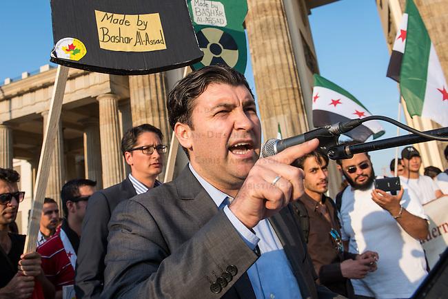 """Protest gegen den syrischen Diktator Bashar al-Assad.<br /> Am Freitag den 21. August 2015 protestierten mehrere hundert Menschen, die meissten Buergerkriegsfluechtlinge aus Syrien, gegen den fortdauernden Buergerkrieg in ihrem Herkunftsland. Sie gedachten annlaesslich des 2. Jahrestag der Opfer des Giftgas-Angriffs vom 21. August 2013 in Damaskus. Das Assad-Regime hatte ueber 1.600 Menschen mit dem Nervengift Sarin ermordet.<br /> Nach Angaben des deutschen Vertreters der """"Syrischen Nationalen Koalition"""", Dr Bassam Abdullah,  werden in Syrien weiterhin Menschen durch Giftgas durch die Regierungstruppen getoetet. Die Koalition ist ein Zusammenschluss von syrischen Muslimen, Christen, Assyrern und Kurden.<br /> Im Bild: Dr. Bassam Abdullah, Botschafter der Syrischen Nationalen Koalition in Deutschland.<br /> 21.8.2015, Berlin<br /> Copyright: Christian-Ditsch.de<br /> [Inhaltsveraendernde Manipulation des Fotos nur nach ausdruecklicher Genehmigung des Fotografen. Vereinbarungen ueber Abtretung von Persoenlichkeitsrechten/Model Release der abgebildeten Person/Personen liegen nicht vor. NO MODEL RELEASE! Nur fuer Redaktionelle Zwecke. Don't publish without copyright Christian-Ditsch.de, Veroeffentlichung nur mit Fotografennennung, sowie gegen Honorar, MwSt. und Beleg. Konto: I N G - D i B a, IBAN DE58500105175400192269, BIC INGDDEFFXXX, Kontakt: post@christian-ditsch.de<br /> Bei der Bearbeitung der Dateiinformationen darf die Urheberkennzeichnung in den EXIF- und  IPTC-Daten nicht entfernt werden, diese sind in digitalen Medien nach §95c UrhG rechtlich geschuetzt. Der Urhebervermerk wird gemaess §13 UrhG verlangt.]"""