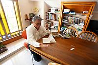 """Prof. Dr. Francisco de Assis Costa, durante sessão de fotografias para o Amazônia Real.<br /><br />O Prof. é pesquisador do Núcleo de Altos Estudos Amazônicos (NAEA-UFPA), possui mestrado pela Universidade Federal Rural do Rio de Janeiro (UFRRJ) e doutorado pela Universidade Livre de Berlim. Já  publicou mais de 80 artigos científicos e é autor de 15 l ivros publicados, além de ter sido professor visitante da Oxford University.<br /> <br />  novo livro: """"A BRIEF ECONOMIC HISTORY OF THE AMAZON"""".<br /> Editado pela inglesa Cambridge Scholars Publishing, o livro percorre 250 anos da economia na Amazônia dividindo-os em três capítulos: """"Economia Amazônica"""", o papel das ordens religiosas e a formação do campesinato caboclo; """"Economia da Borracha"""", explorando o papel do caboclo nas cadeias comerciais; e a & ldquo;Era Pós-Borracha"""", analisando os impactos rurais e urbanos do fim da exploração da borracha."""