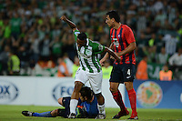 MEDELLIN- COLOMBIA - 24-11-2016: Andres Ibargüen (Izq.) jugador de Atletico Nacional de Colombia de disputa el balon con Junior Alonso (Der.) jugador de Cerro Porteño de Paraguay, durante partido de vuelta entre Atletico Nacional de Colombia y Cerro Porteño de Paraguay por las semifinales de la Copa Suramericana en el estadio Atanasio Girardot de la ciudad de Medellin.  / Andres Ibargüen (L) player of Atletico Nacional de Colombia vies for the ball with Junior Alonso (R) player of Cerro Porteño of Paraguay during a match between Atletico Nacional of Colombia and Cerro Porteño of Paraguay for the second leg of the semifinals of the South American Cup at the Atanasio Girardot stadium in the city of Medellin. Photo: VizzorImage / Leon Monsalve / Cont.