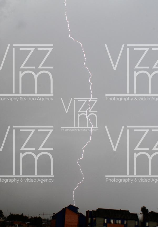 BOGOTA -COLOMBIA- 20 -11--2013.Rayo captado durante la tormenta electrica y fuerte aguacero esta tarde  en la capital /  lightning captured during thunder storm and heavy downpour in the capital (Photos: VizzorImage / Felipe Caicedol / Staff