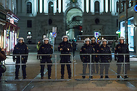 Bis zu 10.000 Menschen protestierten am Freitag den 30. Januar 2015 in Wien gegen den Akademikerball der rechten FPOe, der zum dritten Mal in der Wiener Hofburg stattfand. Bei den Protesten kam es zu kleineren Rangeleien zwischen Polizei und Ballgegnern, bei denen vereinzelt auch Feuerwerkskoerper und Gegenstaende geworfen wurden. Die Polizei nahm lt. eigenen Angaben 35 Personen fest.<br /> Im Bild: Polizeibeamte vor der abgesperrten Wiener Hofburg.<br /> 30.1.2015, Wien<br /> Copyright: Christian-Ditsch.de<br /> [Inhaltsveraendernde Manipulation des Fotos nur nach ausdruecklicher Genehmigung des Fotografen. Vereinbarungen ueber Abtretung von Persoenlichkeitsrechten/Model Release der abgebildeten Person/Personen liegen nicht vor. NO MODEL RELEASE! Nur fuer Redaktionelle Zwecke. Don't publish without copyright Christian-Ditsch.de, Veroeffentlichung nur mit Fotografennennung, sowie gegen Honorar, MwSt. und Beleg. Konto: I N G - D i B a, IBAN DE58500105175400192269, BIC INGDDEFFXXX, Kontakt: post@christian-ditsch.de<br /> Bei der Bearbeitung der Dateiinformationen darf die Urheberkennzeichnung in den EXIF- und  IPTC-Daten nicht entfernt werden, diese sind in digitalen Medien nach §95c UrhG rechtlich geschuetzt. Der Urhebervermerk wird gemaess §13 UrhG verlangt.]