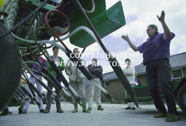 groesbeek 180700 demonstratie precisiebemesting.<br />als een soort goeroe brengt dhr. bartlema zijn precisiebemester aan de man  op de demo van dlv<br />foto frans ypma APA-foto