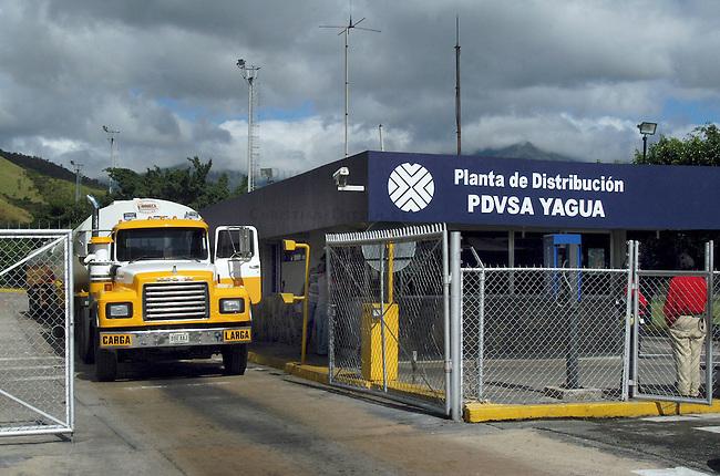 Abfuellstation Yagua des staatlichen Erdoelkonzerns PDVSA.<br /> PDVSA geheort mit zu den weltweit groessten Lieferanten von Erdoel.<br /> Von der Abfuellstation wird Benzin, Diesel und Kerosin fuer den Inlandsbedarf verteilt.<br /> Nach dem missgluechten Erdoelstreik 2002/2003 wurde der Konzern dezantralisiert und in PDVSA-West und PDVSA-Ost aufgeteilt.<br /> 12.11.2004, Valencia / Venezuela<br /> Copyright: Christian-Ditsch.de<br /> [Inhaltsveraendernde Manipulation des Fotos nur nach ausdruecklicher Genehmigung des Fotografen. Vereinbarungen ueber Abtretung von Persoenlichkeitsrechten/Model Release der abgebildeten Person/Personen liegen nicht vor. NO MODEL RELEASE! Nur fuer Redaktionelle Zwecke. Don't publish without copyright Christian-Ditsch.de, Veroeffentlichung nur mit Fotografennennung, sowie gegen Honorar, MwSt. und Beleg. Konto: I N G - D i B a, IBAN DE58500105175400192269, BIC INGDDEFFXXX, Kontakt: post@christian-ditsch.de<br /> Bei der Bearbeitung der Dateiinformationen darf die Urheberkennzeichnung in den EXIF- und  IPTC-Daten nicht entfernt werden, diese sind in digitalen Medien nach §95c UrhG rechtlich geschuetzt. Der Urhebervermerk wird gemaess §13 UrhG verlangt.]