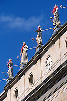 Europe/France/Aquitaine/64/Pyrénées-Atlantiques/Bayonne: Statues de l'hôtel de ville place de la Liberté lors des fêtes de Bayonne