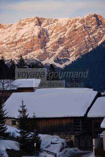 Europe/Italie/Trentin Haut-Adige/Dolomites/Alta Badia/Env de San Cassiano: Lumière du soir sur le Massif des Dolomites et fermes