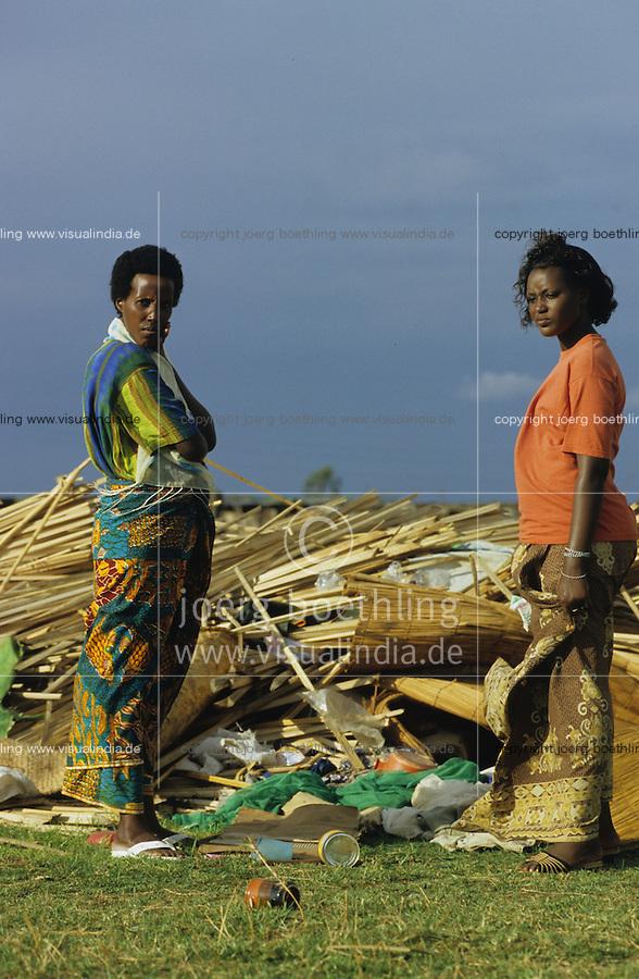 BURUNDI Bujumbura, Hutu Tutsi conflict, destroyed refugee camp Gatumba where more than 200 Tutsi women and children were massacred by Hutu rebels in one night / BURUNDI Bujumbura, von Hutu Rebellen zerstoertes Tutsi Fluechtlingslager in Gatumba an der Grenze zum Kongo , mehr als 200 Tutsi Frauen und Kinder wurden in einer Nacht ermordet