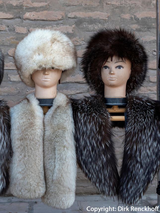 Verkauf von Fellmützen, Xiva, Usbekistan, Asien<br /> Selling of fur caps, historic city Ichan Qala, Chiwa, Uzbekistan, Asia