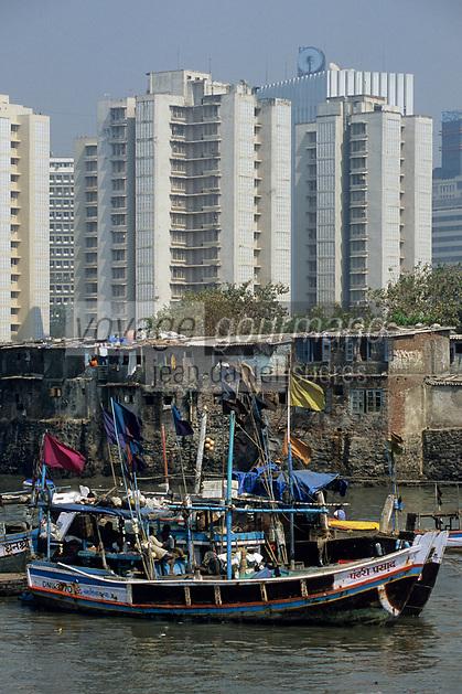 Asie/Inde/Maharashtra/Bombay: Village de pêcheurs à Machimar Village et buildings de la ville - Bâteau de pêcheur au premier plan