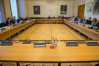 """3. Sitzungstag des Berliner """"Amri-Untersuchungsausschuss"""".<br /> Am Freitag den 22. September 2017 fand die 3. Sitzung des sogenannte """"Amri-Untersuchungsausschuss des Berliner Abgeordnetenhaus. Statt.<br /> Als Zeugen waren geladen Innen-Staatssekretär Bernd Kroemer (CDU) der wegen Krankheit nicht erschien und Kriminaldirektor Dennis Golcher, Leiter der kripointernen Task Force """"Lupe"""" die den Terroranschlag und dessen Aufklaerung untersucht.Der Zeuge Golcher untersagte Film- und Fotoaufnahmen mit dem Hinweis auf Persoenlichkeitsrechte.<br /> Der Amri-Untersuchungsausschuss will versuchen die diversen Unklarheiten im Fall des Weihnachtsmarkt-Attentaeters zu aufzuklaeren.<br /> Im Bild: Der leere Zeugenplatz.<br /> 22.9.2017, Berlin<br /> Copyright: Christian-Ditsch.de<br /> [Inhaltsveraendernde Manipulation des Fotos nur nach ausdruecklicher Genehmigung des Fotografen. Vereinbarungen ueber Abtretung von Persoenlichkeitsrechten/Model Release der abgebildeten Person/Personen liegen nicht vor. NO MODEL RELEASE! Nur fuer Redaktionelle Zwecke. Don't publish without copyright Christian-Ditsch.de, Veroeffentlichung nur mit Fotografennennung, sowie gegen Honorar, MwSt. und Beleg. Konto: I N G - D i B a, IBAN DE58500105175400192269, BIC INGDDEFFXXX, Kontakt: post@christian-ditsch.de<br /> Bei der Bearbeitung der Dateiinformationen darf die Urheberkennzeichnung in den EXIF- und  IPTC-Daten nicht entfernt werden, diese sind in digitalen Medien nach §95c UrhG rechtlich geschuetzt. Der Urhebervermerk wird gemaess §13 UrhG verlangt.]"""