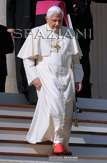 Pope Benedict XVI waves as he leaves his weekly general audience on October 21, 2009 at St Peter's square at The Vatican..Foto: Stefano Spaziani