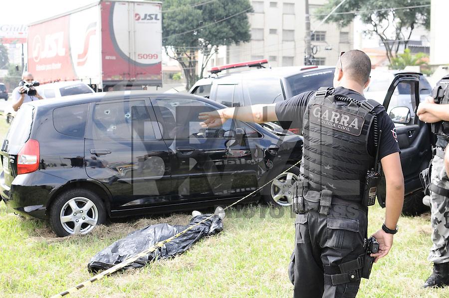 SAO BERNARDO DO CAMPO, SP, 09 ABRIL 2013 - POLICIA - Apos um roubo de carro policiais do GARRA SBC perciguiram os suspeitos pela via Anchieta onde bateram o carro no km 16 sentido Sao Paulo os ladroes trocaram tiro com os policiais onde os Dois ladores morreram na troca de tiro (FOTO: ADRIANO LIMA / BRAZIL PHOTO PRESS).