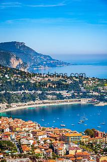 Frankreich, Provence-Alpes-Côte d'Azur, Villefranche-sur-Mer: Ausblick ueber Stadt und Bucht von Villefranche-sur-Mer, im Hintergrund Dap d'Ail   France, Provence-Alpes-Côte d'Azur, Villefranche-sur-Mer: view across town and bay, at background Cap d'Ail