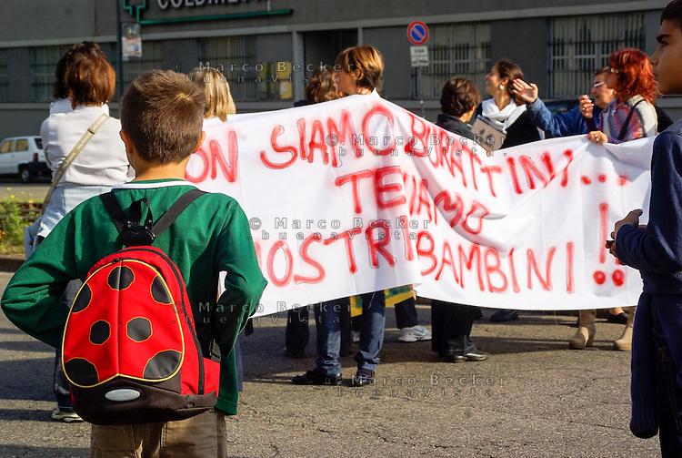Milano, manifestazione contro la riforma dell'istruzione. Un bambino con lo zainetto a forma di coccinella --- Milan, demonstration against the school reform. A child with the backpack like a ladybug