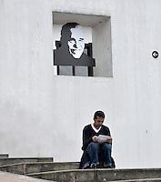 BOGOTA -COLOMBIA. 18-04-2014. Cientos de personas se han acercado a la Biblioteca Luis Ángel Arango de la ciudad de Bogotá para recordar al fallecido escritor colombiano ganador del Nobel de Literatura, Gabriel García Marquez, quien murió a los 87 años de edad en ciudad de México ayer, 17 de abril de 2014./ Houndreds of people have to come to the Luis Angel Arango Library to remember the deceased Colombian Nobel Prize-Winning Author Gabriel Garcia Marquez who died at 87 in Mexico city.   Photo: VizzorImage/Gabriel Aponte/ Str