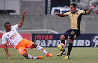 ENVIGADO- COLOMBIA -30-03-2014: Frank Fabra (Izq.) jugador de Envigado FC disputa el balón con John Restrepo (Der.) jugador Itagüi durante  partido Envigado FC y Itagüi por la fecha 13 de la Liga Postobon I 2014 en el estadio Polideportivo Sur de la ciudad de Envigado./  Frank Fabra (L) player of Envigado FC fights for the ball John Restrepo (R) player of Itagüi during a match Envigado FC and Itagüi for the date 13 th of the Liga Postobon I 2014 at the Polideportivo Sur stadium in Envigado city. Photo: VizzorImage / Luis Rios / Str.
