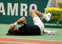 20-2-06, Netherlands, tennis, Rotterdam, ABNAMROWTT, Raemon Sluiter goes to the floor and injures his hip