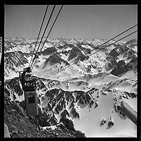 (Haute-Pyrénées). 3 Mars 1965. Vue du téléphérique qui monte au Pic du Midi.