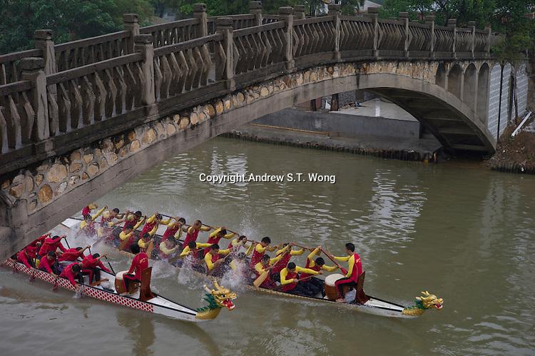 Men and women rowers take part in dragon boat practice at Jiujiang Dragon Boat Base in Nanhai district of Foshan city, Guangdong province, November 8, 2011.