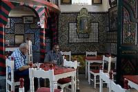 Tabarka, Tunisia, 18 Settembre 2018<br /> Caratteristico e antico Caffe l'Andalouse<br /> Uomini fumano la Chicha