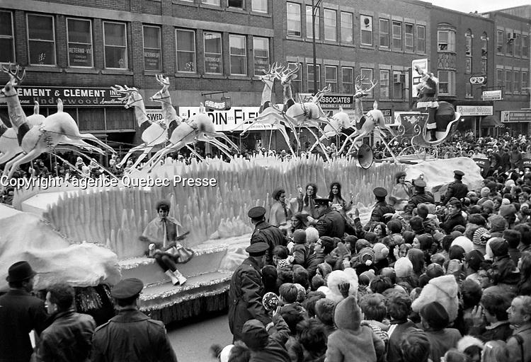 Parade du Pere Noel, dans les rues de Quebec,<br /> le  9 novembre 1969<br /> <br /> Photographe : Photo Moderne<br /> - agence Quebec Presse