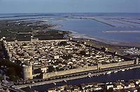 Europe/France/Languedoc-Roussillon/30/Gard/Aigues-Mortes: Vue aérienne la ville avec ses remparts et la Tour de Constance