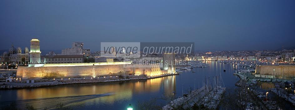 Europe/France/13/Bouches-du-Rhône/ Marseille: le Vieux Port et le Fort Saint Jean à la tombée de la nuit vus depuis le parc du Pharo