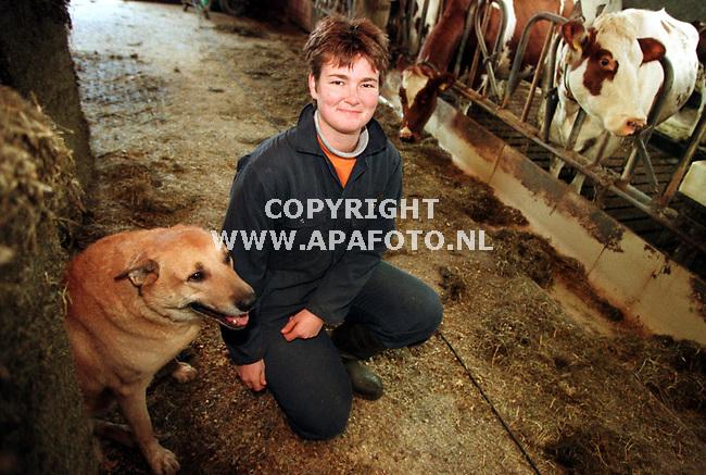 Hengelo (gld) 19-12-98  Foto:Koos Groenewold (APA)<br /> Anita Groot Roessink in de stal.