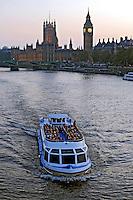 Barco de turismo no Rio Tâmisa. Londres. Inglaterra. 2008. Foto de Juca Martins.