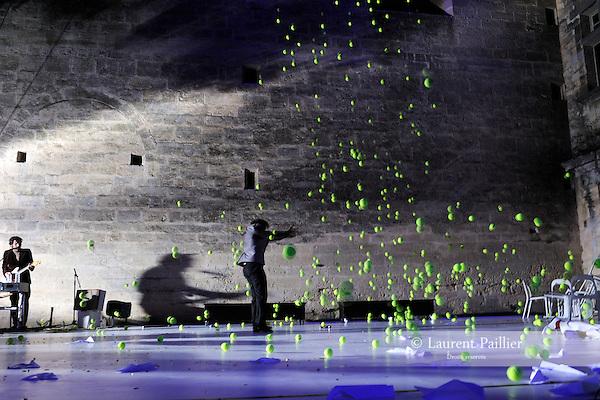 (...) OU PAS....Conception Pierre-Johann Suc, Magali Pobel Interprétation Eric Bernard, Eddy Crampes, Samuel Dutertre, Blanche Konrad, Marc Lacourt, Anne-Cécile Massoni, Pierre-Johann Suc Création ..Lumière : Harrys Picot..Compagnie : Androphyne..Le 18/06/2012..Cadre : Festival Uzes Danse 2012..Lieu : jardin de l'Evêché..Ville : Uzès..© Laurent Paillier / photosdedanse.com..All rights reserved