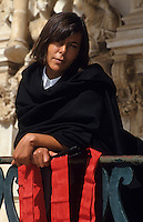 Europe/Portugal/Coimbra : Etudiante de l'université en costume [Non destiné à un usage publicitaire - Not intended for an advertising use]