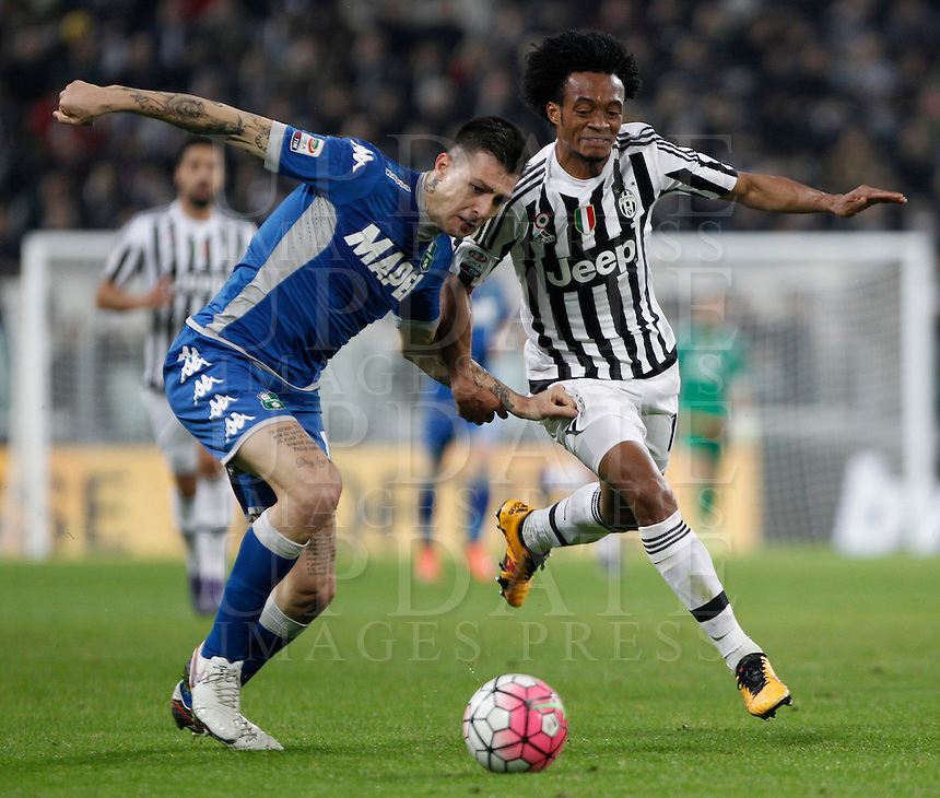 Calcio, Serie A: Juventus vs Sassuolo. Torino, Juventus Stadium, 11 marzo 2016. <br /> Sassuolo's Francesco Acerbi, left, and Juventus' Juan Cuadrado fight for the ball during the Italian Serie A football match between Juventus vs Sassuolo, at Turin's Juventus Stadium, 11 March 2016.<br /> UPDATE IMAGES PRESS/Isabella Bonotto