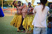 Marie-Claude Tjibaou dansant avec la troupe de Fidji à Maré