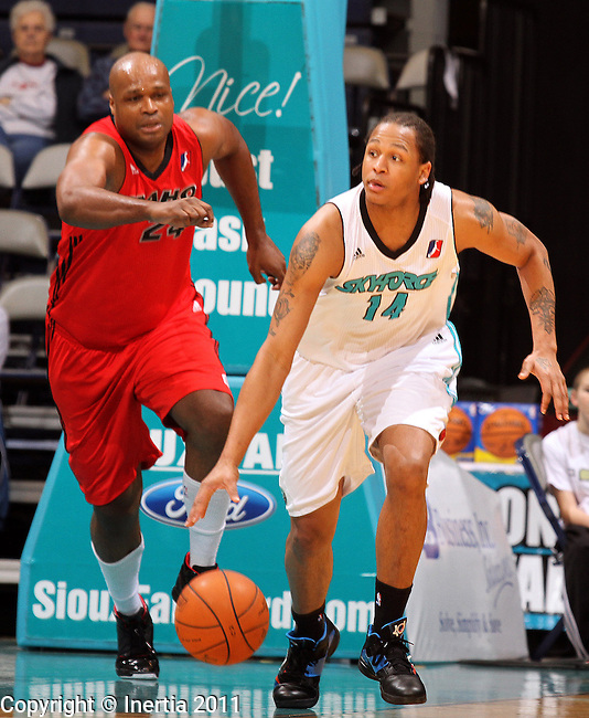 SIOUX FALLS, SD - FEBRUARY 11:  Chris McCray #14 of the Sioux Falls Skyforce pushes the ball out in front of Antoine Walker #24 of the Idaho Stampede in the first half of their game Friday night at the Sioux Falls Arena. (Photo by Dave Eggen/Inertia)