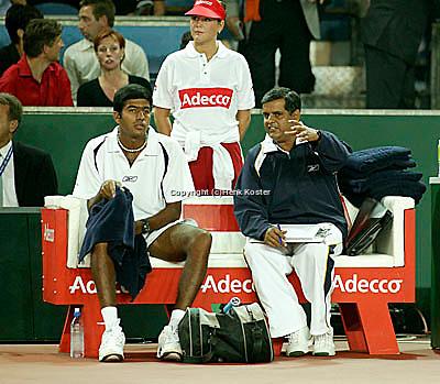 20030919, Zwolle, Davis Cup, NL-India, Rohan Bopanna and coach Krishnan