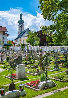 Deutschland, Bayern, Chiemgau, Reit im Winkl: Friedhof mit Kirche St. Pankratius| Germany, Upper Bavaria, Chiemgau, Reit im Winkl: graveyard with church St Pankratius