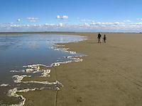 Hochwasser, Flut läuft auf, Sandwatt, Watt, Sand-Watt bei auflaufender Flut, auflaufendes Wasser führt Schaum mit, Wattwanderer kehren zurück zum Strand