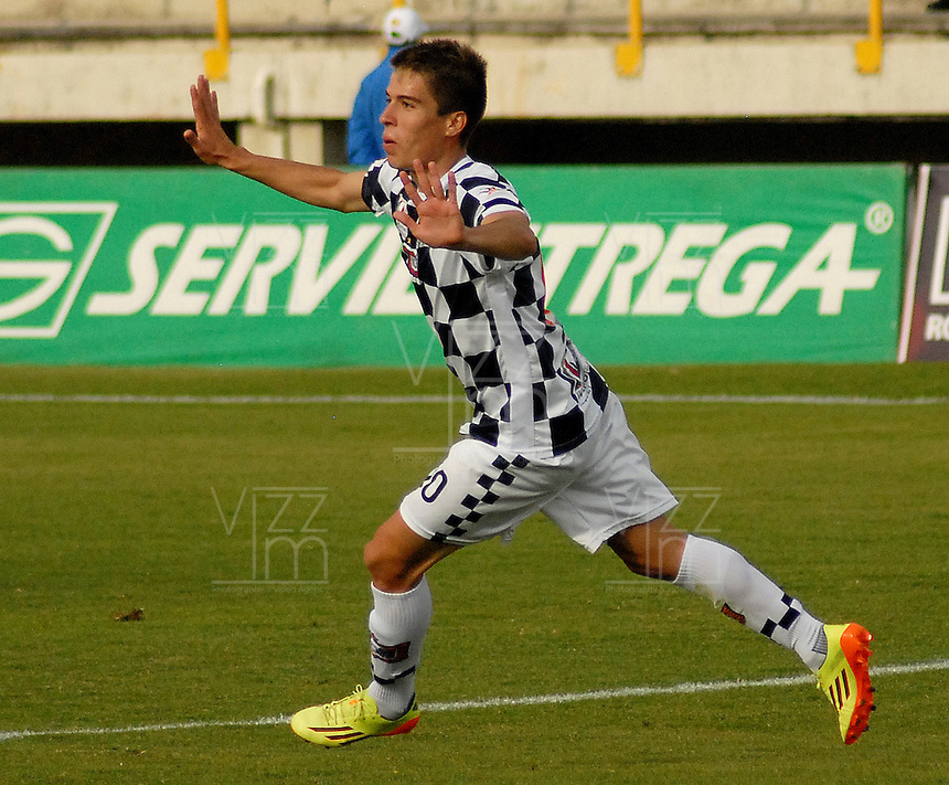 TUNJA -COLOMBIA, 12-04-2014. Javier Sanguinetti (C) de Boyacá Chicó celebra un gol anotado a Patriotas FC durante partido válido por la fecha 17 de la Liga Postobón I 2014 realizado en el estadio La Independencia en Tunja./ Boyaca Chico player Javier Sanguinetti (C) celebrates a goal scored to Patriotas FC during match for the 17th date of Postobon League I 2014 at La Independencia stadium in Tunja. Photo: VizzorImage/Jose Miguel Palencia/STR