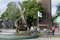 """Brunnenfigur """"Seeschlange"""" von Axel Ebbe am Stortorget, Trelleborg, Provinz Skåne (Schonen), Schweden, Europa<br /> fountain figure seasnake by Axel Ebbe at Stortorget in Trelleborg, Sweden"""