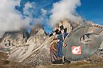 Italy, South Tyrol, Alto Adige, Dolomites, Val Gardena sign at Passo Sella mountain passroad with Sassolungo mountains | Italien, Suedtirol, Dolomiten, Hinweisschild am Sellajoch vorm Langkofel, hier beginnt das Groednertal