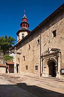Europe/France/Aquitaine/64/Pyrénées-Atlantiques/Pays-Basque/Ciboure:  Eglise St-Vincent avec son clocher  octogonal avec charpente à deux étages - sur le parvis dallé une croix de pierre de 1760